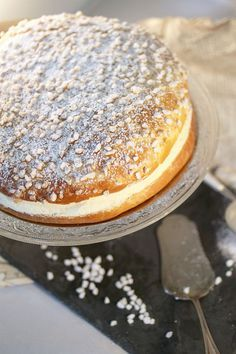 Tarte Tropezienne - The flagship dish of St. Tropez that is comprised of sweet Brioche and a cream flavored with Orange and Vanilla. Brownie Recipes, Cake Recipes, Dessert Recipes, Cooking Chef, Cooking Recipes, Appetizer Buffet, Delicious Desserts, Yummy Food, French Pastries