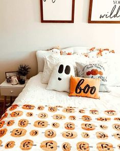 Charming Fall Bedroom Decor Ideas You Have To See - Herbst/Winter 2019 - Halloween Bedroom, Halloween Home Decor, Halloween House, Fall Halloween, Halloween Decorations, Happy Halloween, Halloween Party, Rustic Halloween, Halloween Mantel