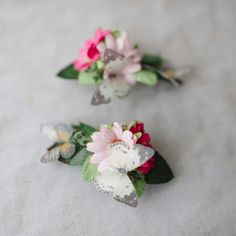 Pretty pink daisy hair clips with hand cut satin butterflies. Perfect photography prop snd beautiful for bridesmaids.