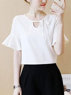 Tremendous Sewing Make Your Own Clothes Ideas. Prodigious Sewing Make Your Own Clothes Ideas. Blouse Styles, Blouse Designs, Bell Sleeve Blouse, Bell Sleeves, Chic Outfits, Fashion Outfits, Fashion Blouses, Sewing Blouses, Modelos Fashion
