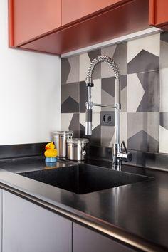 O apartamento com soluções bacanas de arquitetura e decoração…