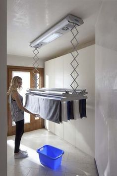Foxydry Air: stendibiancheria asciugabiancheria a soffitto con telecomando. Vers… Foxydry Air: ceiling drying rack with remote control. Modern Laundry Rooms, Laundry Room Layouts, Laundry Room Cabinets, Laundry Room Organization, Ikea Laundry, Laundry Shelves, College Organization, Drying Rack Laundry, Clothes Drying Racks
