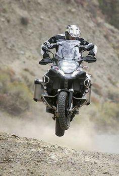 Bild könnte enthalten: eine oder mehrere Personen, Motorrad und im Freien