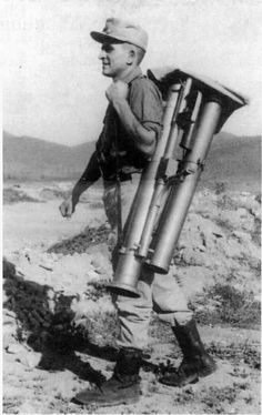 Un soldado transporta un lanzacohetes Instalaza modelo 53 plegado, Guerra de Infi 1957-1958. instalaza modelo 53 guerra de ifni