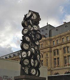 ¤ L'Heure de tous, Arman, 1985. Commande publique de la ville de Paris, cour du Havre de la gare Saint-Lazare