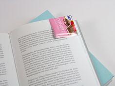 So einfach könnt ihr aus RITTER SPORT Verpackung ein Lesezeichen basteln: http://www.ritter-sport.de/blog/2014/07/24/diy-ein-lesezeichen-aus-schokoladenpapier/