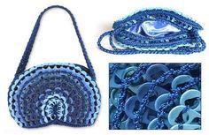 Bolsa tejida a crochet con fichas de plástico.