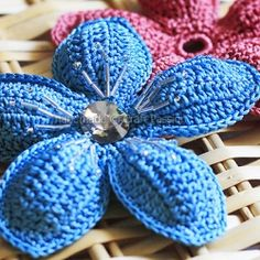 Free crochet pattern for this charming 5-petal flower with beads and rhinestone.