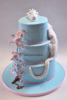 Dragon wedding cake with cherry blossoms Draak huwelijkstaart met kersenbloesems