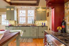 Farmhouse Kitchen by New England Design Elements grinzi lemn pe tavan Farm Kitchen Ideas, Country Kitchen, New England Kitchen, New England Farmhouse, Farmhouse Kitchen Cabinets, Kitchen Cabinet Colors, Kitchen Canisters, Kitchen Sink, Layout Design