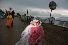 Dopo la chiusura della frontiera macedone, circa 12mila profughi sono rimasti bloccati a Idomeni, paesino di confine nel nord della Grecia. Costretti a dormire accampati in condizioni disumane anche migliaia di bambini. Abbiamo provato a raccogliere in 5 punti le modalità per offrire il proprio aiuto davanti all'emergenza umanitaria più grave che l'Europa si sia trovata ad affrontare dalla guerra nei Balcani a oggi