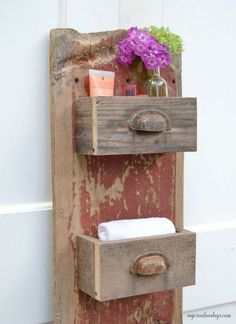 DIY Barn Wood Wall Bin MyCreativeDays We are always trying to get more organized in all areas of our lives. This easy DIY wall organizer has a rustic look but will keep anything you store in it streamlined and neat. Barn Wood Crafts, Barn Wood Projects, Old Barn Wood, Diy Projects, Diy Wand, Funky Junk Interiors, Decoration Palette, Into The Woods, Diy Holz