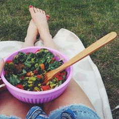 Niedzielny obiad na kocyku z @kasiaweso  #lato #wakacje #jedzenie #weganizm #summer #foodpics #odpoczynek #popracy #vegansofig #veganfoodshare #salat #kale #veggies #greens #healthyeating