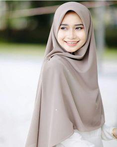 Modern Hijab Fashion, Abaya Fashion, Fashion Outfits, Womens Fashion, Hijab Style Dress, Casual Hijab Outfit, Beautiful Muslim Women, Beautiful Hijab, Hijab Style Tutorial