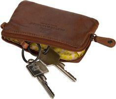AUNTS and UNCLES: 19,99 € Sesam, öffne Dich! Hinreißendes Schlüsseletui von aunts & uncles aus gewaschenem Premium-Rindleder im Vintage-Style. Schließt mit umlaufendem Reißverschluss. Maße: 11x7,5x1,5 cm.
