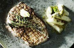 Bøf med grillede hvide asparges og kartoffelsalat med aspargescreme