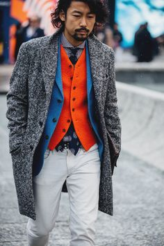 winter mens fashion which look trendy. Trendy Mens Fashion, Mens Fashion Suits, Fashion Shirts, Fashion Vest, Mens Suits, Fashion Outfits, Mode Masculine Fashion, Style Costume Homme, Fashion Week Hommes