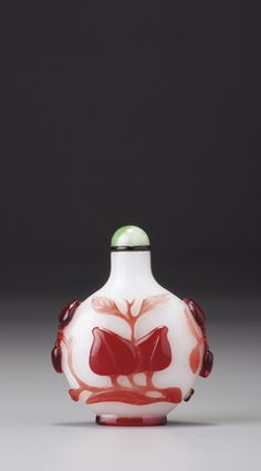 A RED-OVERLAY WHITE GLASS 'PEACHES' SNUFF BOTTLE QING DYNASTY, QIANLONG PERIOD