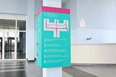 Projeto de sinalização e gráficos para interior da ala pediátrica do Perm Hospital Regional (Perm, Rússia) feito pelo escritório Studio GD. Detalhe para o uso de cores e ilustrações lúdicas.