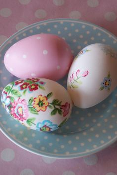 The polkadots and florals are a perfect way tp decorate Easter eggs this spring!