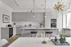 60 Awesome Scandinavian Kitchen Decor and Design Ideas - InsideDecor Modern Grey Kitchen, Light Grey Kitchens, Grey Kitchen Designs, Gray And White Kitchen, Modern Kitchen Design, Interior Design Kitchen, Neutral Kitchen, Scandinavian Kitchen Cabinets, Modern Kitchen Cabinets