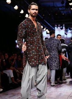 Stylefluid Trendz: Shahid Kapoor & Arjun Kapoor charmingly eccentric in their dark smoky eye makeup at the Kunal Rawal S/R15 – Lakme Fashion Week