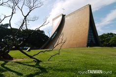 Tunghai University (東海大學) was founded by Methodist missionaries in 1955. Large area of grassland ,trees and quiet atmosphere make Tunghai one of the most beautiful universities in Taiwan.