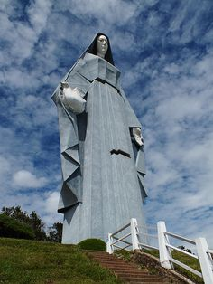 """""""Monumento a la Virgen de la Paz"""". Es una colosal escultura conmemorativa de la #VirgenMaria, realizada completamente en concreto, levantada a 11 km al suroeste de la ciudad de Trujillo.     Con 46,72 metros de altura, 16 metros de ancho, 18 de profundidad en la base y unas 1200 toneladas, es la escultura habitable más alta de América, siendo centímetros más alta que la estatua de la Libertad. #Turismo #Venezuela #Viaja #Conoce"""