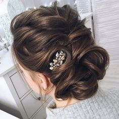 Chic wedding updo for curl hair | Updo Wedding Hairstyles Photos | fabmood.com #weddinghair #wedding #bridalhair #bride #weddinghairstyle #weddinghairstyles #updobride #weddingupdos