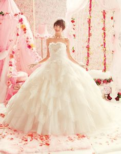 Beautiful Love Mary Wedding Dress Collections : White Wdding Dress with big heart on the chest and impressive volume lovable