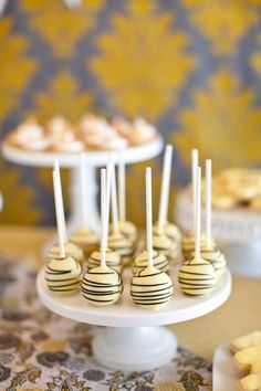 Bee inspired cake pops x Yellow Cake Pops, Bee Cake Pops, Bumble Bee Cake, Bumble Bees, Bee Food, Bee Cakes, Baby Shower Cake Pops, Shower Baby, Pop Baby Showers