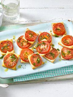 Diese kleinen Quadrate aus Blätterteig und Tomaten sind der perfekte Party-Snack!