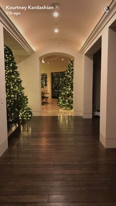 She's been giving fans a sneak peek at her three beautiful Christmas trees dotted about her Calabasas home. Casa Da Kris Jenner, Kendall Jenner Room, Kris Jenner House, Kardashians House, Kardashian Christmas, Calabasas Homes, Home Decor Pictures, Noel Christmas, Christmas Aesthetic