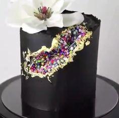 Red Velvet Wedding Cake, Blue Velvet Cakes, Pretty Cakes, Beautiful Cakes, Amazing Cakes, Cake Decorating Videos, Cake Decorating Techniques, Geode Cake, Wedding Cake Alternatives