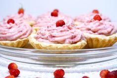 Sekrety Cookietki: Poziomkowe love, czyli waniliowe kruche babeczki z białą czekoladą i kremem poziomkowym