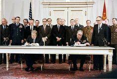 President Carter en secretaris-generaal Brezjnev tekenen het SALT II verdrag, 18 juni 1979
