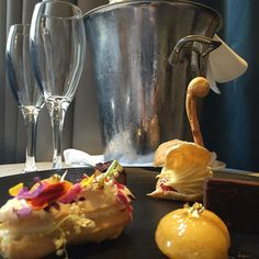 Valentines Day may have come & gone- but there still doing #romance with style @radissonblusydney Thank you for the  #magnificentmoment #radissonblusydney #champagne #pastry #delicious #yum #luxurylifestyle #travelgram #instatravel #lifewelltravelled #ilovesydney