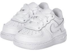 Für die ersten Nikes ist es nie zu früh! Deshalb kommt hier der Nike Force 1 TD Schuh für den Streetwear-Nachwuchs. Der freshe Treter ist ganz in Weiß gehalten und bietet den Pimpfen genau das, was er den Großen auch bietet. Das heißt eine rutschfeste, gummierte Laufsohle und ein weiches Innenfutter. Auch der höhere Schnitt bietet einen extrem guten Halt, vorallem für die Knöchelchen.- trendiger Nike-Force-Klassiker für die kleinen Dudes & Dudettes- weißes Echtleder-Upper- weiße…