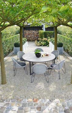 Set up met bomen leuk voor natuurlijke schaduw. Wel liefst rechtstreeks op gras. En beetje bohémien.