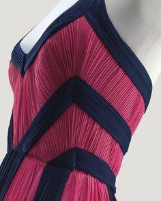 Grès Haute Couture, 1981 ROBE DU SOIR EN JERSEY DE SOIE ROSE TYRIEN ET NOIR GRES HAUTE COUTURE, 1981 A PLEATED PINK AND BLACK SILK JERSEY EVENING GOWN