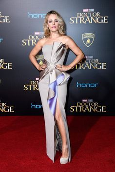 Rachel McAdams wore a custom #AtelierVersace Fall 2016 bicolor fan gown to the #DoctorStrange LA premiere. #DoctorStrangePremiere @Versace The Fashion Court (@TheFashionCourt) | Twitter