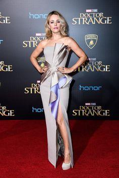 Rachel McAdams wore a custom #AtelierVersace Fall 2016 bicolor fan gown to the #DoctorStrange LA premiere. #DoctorStrangePremiere @Versace The Fashion Court (@TheFashionCourt) | Twitter