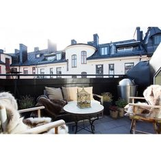 Wanna stay warm outside when winter is coming? You can use black furnitures and add some furry blanket for chairs. #exterior #exteriordesign #outdoorlounge #outdoorloungedesign #terrace #terracedesign