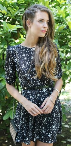 I'm in love with this star print dress. Street style <3