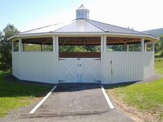 Beautiful white wooden round pen with a roof Horse Shed, Horse Stables, Horse Farms, Horse Tack, Dream Stables, Shed Floor Plans, Barn Plans, Round Pens For Horses, Horse Round Pen