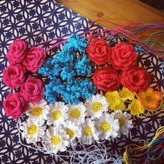 pysselnetan:: Midsommarkrans tillverkning. #virka #virkade #virkadmidsommarkrans #virkadmidsommar #sommar #midsommarkrans #virkadeblommor #crochet #crochetsummerflowers #summer #crochetflowers #handmade #madebyme #yarnlove #gehaakt #virkkaaminen #virkkaus #virkata #haken #häkeln #hekla #hekle #hækle #hækling