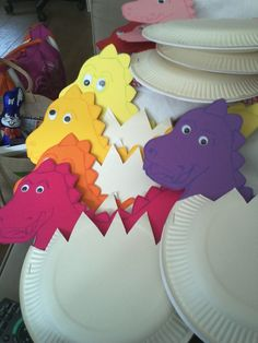 Dinosaur craft idea for preschool kids Kids and also women alike are so captivated with dinosaurs. Below are some creative suggestions of dinosaur craft to stimulate their imagination! Dinosaur eggs craft - pic only Más 10 Easiest Dinosaur Craft Ideas t Dinosaur Crafts Kids, Kids Crafts, Dino Craft, Dinosaur Classroom, Dinosaur Theme Preschool, Dinosaur Projects, Dinosaur Activities, Egg Crafts, Daycare Crafts