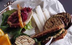 Madpakke: ... med svinekam og kylling - Tvebakker med frugt Opskriften på en stort madpakke med svinekam, kylling og kippers til en lang dag!
