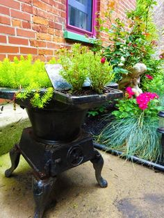 Using a broken oven or stove range as a planter is a nice way to recycle and save money on expensive flower pots Covent Garden, Small Garden Tool Storage, Dubai Miracle Garden, Old Stove, Cast Iron Stove, French Farmhouse Decor, Antique Stove, Diy Playground, Olive Garden