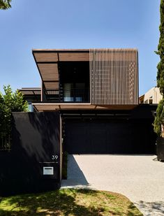 The reimagining of House Barlow in Brisbane by Alexandra Buchanan Architecture is described as an ambitious residential architectural transformation. Brisbane Architecture, Australian Architecture, Exterior Tradicional, Sage House, Double Storey House, Timber Screens, Architect House, Open Plan Living, Modern House Design